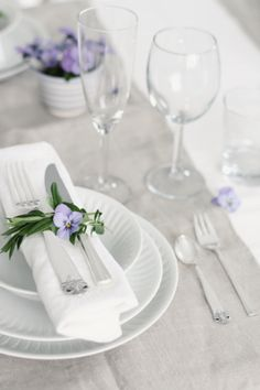 Adding flowers to cutlery rolls is a great way to add special details to a dinner party or brunch. Would also like to see this at wedding--simple, but sweet. Table Setting Inspiration, Beautiful Table Settings, Decoration Table, Place Settings, Pansies, Tablescapes, Wedding Decorations, Dining Table, Entertaining