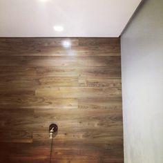 Revestimento da trás da cama instalado. Adoro umas loucuras, tipo colocar um piso na parede 😮 #reforma #decoração #obra #design #arquitetura #decor #construção #engenharia #designdeinteriores #interiordesign #industrial #industrialdesign #iluminação #casa #home #homedecor #homesweethome #interiors #interiores  #projetos #madeira #wood #revestimento #quarto