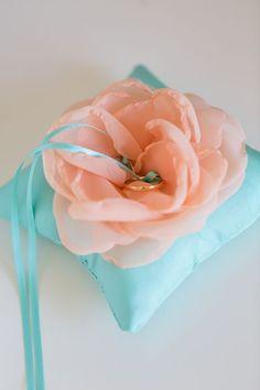 お花モチーフのリングピロー♡ふんわり可愛いきゅんとするイメージですにて紹介している画像