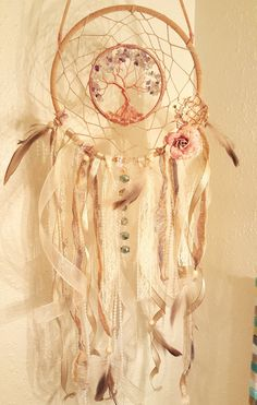 Capteur de rêves de Tree Of Life Style Vintage. Faite avec la chaîne de chanvre, lacet de daim, fil de cuivre, multi puces de fluorine, perles, dentelle Ivoire, ruban organza, rives de perle et plumes. Couleurs Ivoire et beige avec des relents de fil gris, or et pourpre, un brin de belles perles brillant dont 10 perles de cristal Swarovski et 2 fleurs de style vintage. Il sagit dune belle pièce et est sorti mieux que ce que jimaginais ! Bague extérieure mesure 8 et la bague intérieure mesure…