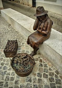 """Market seller"" - Sculpture made by Teresa Paulino and Peter Félix.  - Loule, Portugal"