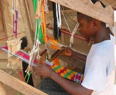 Weaving kente