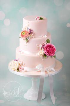 Kleine Auswahl unserer Lieblingstorten der letzten Jahre. Die Dekorationen sind handgemacht aus Zuckerpaste. Jedes Design entstand in enger Zusammenarbeit mit dem Brautpaar. Heiraten Sie in Kürze und wünschen Sie eine Torte von uns? Warten Sie nicht zu lange mit der Bestellung: