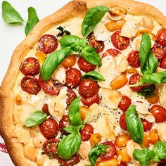 Här hittar du en paj med tomat, spenat och basilika som gifter sig fint med den smakrika getosten du toppar med. Medan pajen gräddas i ugnen skär du krispsalladen och blandar med resten av basilikan som du serverar till den rykande mumsiga pajen.