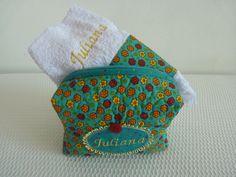 Necessarie produzida em patchwork contendo uma toalha de mão bordada....