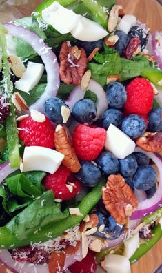 healthy #lowcal berry pecan almond salad