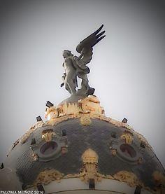 """La Victoria Alada que corona el impresionante edificio """"Metrópolis"""". Winged Victory that crowns the magnificent building """"Metropolis"""""""
