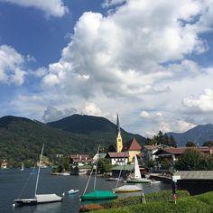 Traumwetter und ebensolcher Blick auf den Tegernsee von der Destillerie und Hotel Fischerweber #tegernsee #see #lake kirche #church #clouds #sunny #rottachegernamtegernsee #rottachegern #boats #boote
