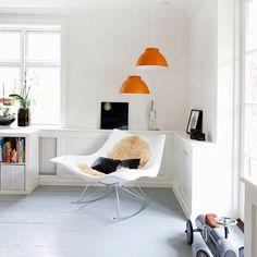 Jedes Zuhause braucht eine gemütliche Lese-Ecke! Der hochwertige Schaukelstuhl beglückt die Design-Welt seit 2002. Hergestellt wird er vom dänischen Traditionshaus Fredericia. Auch im Outdoor-Bereich kann der witterungsbeständige Schaukelstuhl genutzt werden! Home And Living, Chair, Product Design, Interior, Furniture, Home Decor, Outdoor, Pendant Lights, Environment
