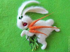 """Купить """"Заяц убегаец"""" магнит на холодильник - белый, магнит на холодильник, шерсть, заяц с морковкой, заяц"""