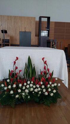 Altar Flowers, Church Flower Arrangements, Church Flowers, Floral Arrangements, Flower Arrangement Designs, Flower Designs, Church Altar Decorations, Table Decorations, Simple Centerpieces