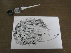 Thema Herfst - Maak een egel. Doop de plastic vork in de verf/inkt en stempelen maar. #herfstidee