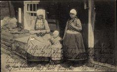 Postcard Types Hollandais, strickende Frau und zwei Mädchen in Volkstracht. Postally used 1916.
