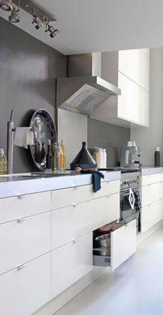 Grijze achterwand, kijk hoe het is bij het kastje. Keuken Kitchen