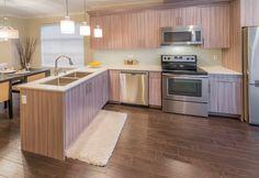Een transparante vloerverf kan eenvoudig opgezet worden met een roller. Eventueel kan de vloer eerst licht opgeschuurd worden.