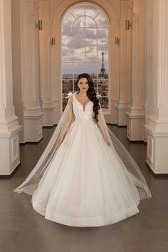 La granita dintre o rochie de mireasa tip printesa si o rochie de mireasa A-line, acest model avantajeaza silueta, fiind creat in acord cu tendintele pentru rochii de mireasa 2020, cu fundite detasabile pe umeri. The Bride, Wedding Dresses, Model, Fashion, Vestidos, Bride Dresses, Moda, Bridal Gowns