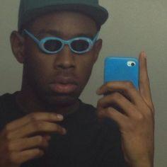 La Selfie de Tyler, el Creador, usando pequeños lentes de sol: