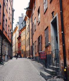This street in Gamla Stan, Stockholm's old town, is mentioned as early as 1586. The name, Prästgatan ('Priest Street'), comes from this being where many priests from the Stockholm Cathedral and the German Church lived. It's a favorite street for photographers.☺️  Another fun fact: In the corner of Prästgatan/ Kåkbrinken there's an actual rune stone from 1100 in the wall! #visitstockholm