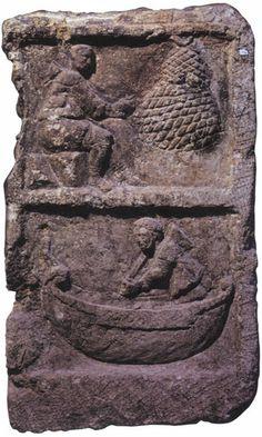 Stèle de Metz, avec la représentation d'un pêcheur ravaudant un filet et d'un bateau de charge celtique en navigation propulsé à la perche. II-IIIè siècle aprés JC.