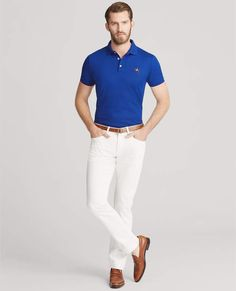Shop the men's Custom Fit Piqué Polo Shirt at the world of Ralph Lauren. Browse our designer men's polo shirts today. White Jeans Outfit Mens, Jeans Outfit Summer, Stylish Men, Men Casual, Mens Golf Fashion, Best Suits For Men, Casual Shirts, Casual Outfits, Polo Shirt Outfits