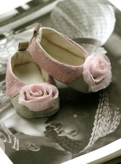 Who's little feet will wear these pretty pink rose shoes❤