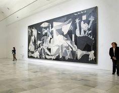 Guernica de Pablo Picasso no Museo Nacional Centro de Arte Reina Sofía em Madrid   Uma das pinturas mais famosas do século XX , Guernica foi criada por Picasso para expressar sua indignação com o bombardeio nazista de uma cidade basca no norte da Espanha, ordenada pelo general Franco.   Desde então, esta monumental tela preta e branca tornou-se um símbolo internacional do genocídio cometido durante a guerra