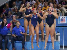 Equipe feminina de polo aquático pula para comemorar gol  Foto: Reuters