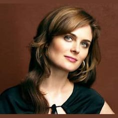 Emily Erin Deschanel is an American actress and producer. She is best known for starring in the Fox crime procedural comedy-drama series Bones as Dr. Temperance Brennan since Born: October 1976 (age Los Angeles, CA Emily Deschanel, Female Book Characters, Close Up, Temperance Brennan, Jessica Day, Lisa, Belleza Natural, Beautiful Actresses, Beautiful People