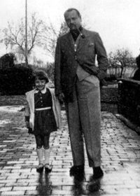For the men single button coat, high waist pants - PLEATED Audrey Hepburn with her father Joseph Victor Anthony Ruston in Linkebeek, Belgium, 1933 Audrey Hepburn Children, Audrey Hepburn Photos, Aubrey Hepburn, British Actresses, Actors & Actresses, Old Hollywood, Golden Age Of Hollywood, Classic Hollywood, My Fair Lady