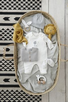 Ensemble combinaison + corps + couverture - All things baby and children menino meninas Baby Girl Gift Baskets, Baby Shower Baskets, Baby Gift Box, Baby Hamper, Baby Box, Baby Girl Gifts, Baby Shower Gifts, Baby Presents, Baby Outfits