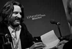 Frédéric Beigbeder mit seinem Buch »Oona und Salinger« (Piper Verlag) im Literaturhaus München (20.3.2015) © Juliana Krohn  -
