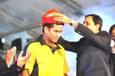 Kishor Pate adorns Sachin with Puneri headgear