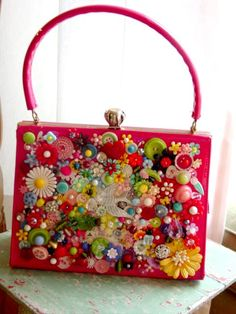 Button Purse - sold the aqua one I made, so it's time for another one! This is great inspiration!