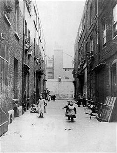 British Paintings: Urban squalor in Victorian London Victorian History, Victorian Street, Victorian Life, Victorian London, Vintage London, Old London, East London, Victorian Buildings, Victorian Photos