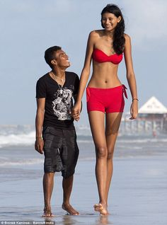 "World's tallest teen (6'9""/2.1m) beach stroll with 5'4""/1.5m boyfriend."