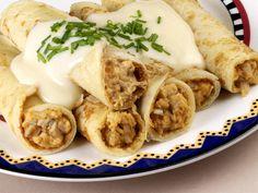 Veja como preparar duas opções de panqueca de frango sem glúten.