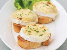 Grilled Goat Cheese with Honey. mmm remember having this in Sweden as a snack on day! Honey Recipes, Healthy Recipes, Vegetarian Recipes, Bread Appetizers, Appetizer Recipes, Goat Cheese, Grilling Recipes, Clean Eating Snacks, Cooking Tips