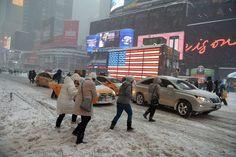 Blizzard 2016: Times Square in weiß: Einige hartnäckige Fußgänger kämpfen sich in New York...