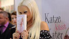 """Auf der Frankfurter Buchmesse stellte die Katze 2011 ihr Buch """"Sei schlau, stell dich dumm"""" vor."""