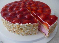 Zutaten 4 große Ei(er) (280 g) 280 g Zucker 140 g Mehl 140 g Butter 100 g Erdbeeren, püriert 100 g Erdbeeren, klein ge...