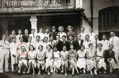 Photo de classe de Marguerite Duras, ici en rouge, au lycée Chasseloup-Labat Saigon, en Indochine française. Le cliché date de 1933 (Sipa)
