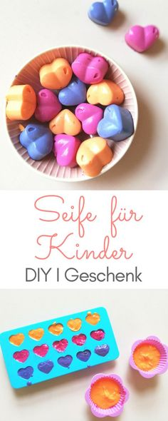 Seife für Kinder selber machen – DIY mit Lebensmittelfarben und Kokosöl Just make soap for children yourself with coconut oil and food coloring. A great DIY for crafting with children. Here are the instructions: lenibel. Food Crafts, Diy Food, Diy And Crafts, Simple Crafts, Clay Crafts, Xmas Gifts, Diy Gifts, Diy For Kids, Crafts For Kids
