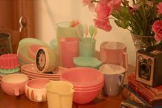 Have you ever been to a Tupperware Party? It was a right of passage as a new wife and new housewife for many of us. I found this vi. Vintage Colors, Vintage Pink, Vintage Food, Vintage Romance, Vintage Dishes, Vintage Tupperware, Vintage Kitchenware, Tupperware Recipes, Vintage Interiors