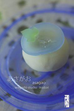 7月の和菓子は<朝顔>と<さざれ水>でした。 間もなく梅雨も開け夏本番となるこのごろ、こうしてお菓子にも涼やかさが 表現され、やはり日本の文化って素敵...