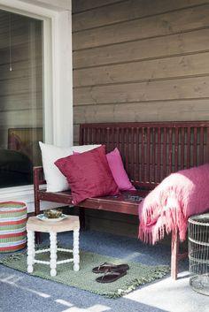 Lasitettu veranta tarjoaa suojaa niin sateelta kuin keskikesän paahtavalta auringolta. Siitä on tullut yksi Sieppolan väen suosikkipaikoista.