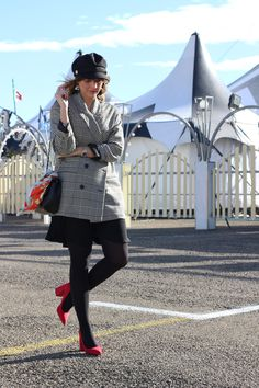 outfit gorra baker boy, checked balazer, blazer de cuadros, bolso chanel, bolso acolchado negro, black bag, red shoes. zaaptos rojos. Fashion blogger Vanessa Cano from In Front Row Style. #fashion #blog #ootd #outfits #style