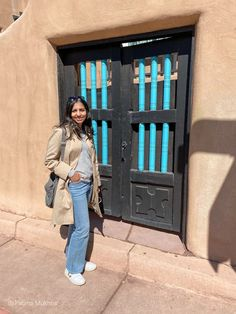 The adobe style of architecture is everywhere in Santa Fe New Mexico Modest Outfits, Jean Outfits, Casual Outfits, Santa Fe Plaza, Outfits For Mexico, Visit Santa, Vacation Style, Women's Jeans, Women's Casual