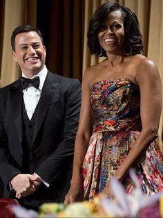 CHIC EN PRINT Con este colorido modelo print de Naeem Khan, la primera dama presidió, junto al comediante Jimmy Kimmel, la cena de la Asociación de Corresponsales, celebrada en Washington, DC, en 2012.