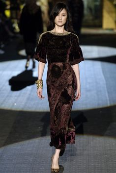 Roberto Cavalli Fall 2006 RTW - Runway Photos - Fashion Week - Runway, Fashion Shows and Collections - Vogue Fashion Now, Fashion 2020, Runway Fashion, High Fashion, Fashion Dresses, Lesage, Velvet Fashion, Roberto Cavalli, Timeless Fashion