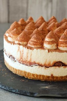 Another version of the world famous tiramisu dessert, no-bake tiramisu cheesecake. With the essential flavours of a tiramisu and so easy to prepare. Tiramisu Dessert, Tiramisu Cheesecake, Cheesecake Recipes, Pumpkin Cheesecake, Cheesecake Cookies, No Bake Desserts, Delicious Desserts, Dessert Recipes, Salty Cake